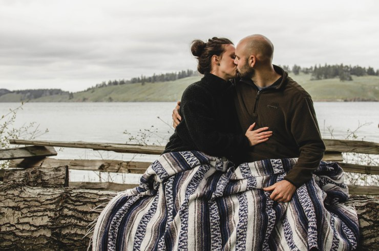 couple photoshoot, couple ocean photoshoot, island life, pacific northwest, ocean view, sea view, san juan island, mexican blanket @livingless.wordpress.com